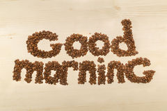 Uitdrukkingsgoedemorgen met koffiebonen wordt gemaakt op een mening die van de lijstbovenkant Stock Foto