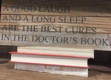 Uiteinden over gezond en boekenrekken stock afbeelding