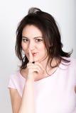 Uiterst geheim de mooie donkerbruine vrouw sluit met de hand mond meisje het flirten concept uitdrukking van verschillende emotie royalty-vrije stock afbeelding