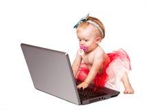 Uiterst klein babymeisje zoals meesterlijke netto gebruiker Stock Foto's