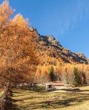 Uiterst klein chalet in de Italiaanse Alpen met een kleurrijk panorama stock foto