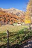 Uiterst klein chalet in de Italiaanse berg van Alpen met kleurrijk hout stock afbeeldingen