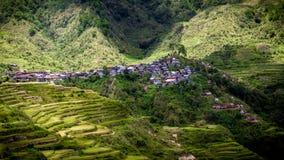 Uiterst klein Dorp die zich aan Helling vastklampen - Maligcong-Rijstterrassen, Filippijnen royalty-vrije stock afbeeldingen