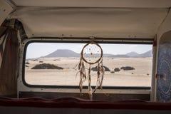 Uiterst klein huis op wielen met dreamcather dichtbij het achterruit royalty-vrije stock fotografie