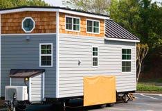 Uiterst klein huis voor verkoop op een Royalty-vrije Stock Fotografie