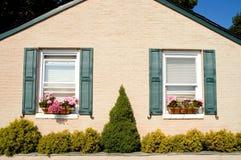 Uiterst klein plattelandshuisje met bloemdozen Royalty-vrije Stock Afbeeldingen