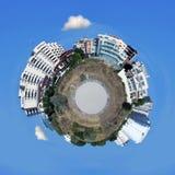 Uiterst klein weinig planeet met flatgebouwen Stock Foto's