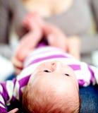 Uiterst kleine baby die op zijn moedersoverlapping liggen Stock Fotografie