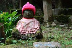 Uiterst kleine budda met een rode hoed bij Onderstel Koya, Japan. Royalty-vrije Stock Foto