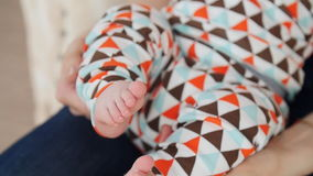 Uiterst kleine leuke pasgeboren babyvoet in vrouwelijke handen stock videobeelden