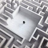 Uiterst kleine mens in een labyrint Royalty-vrije Stock Foto's
