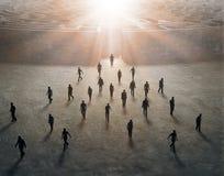 Uiterst kleine mensen die van een labyrint opstappen Stock Foto