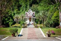 Uiterst kleine pagode bij de ingang aan Wat Tham Pha Plong Temple royalty-vrije stock foto's