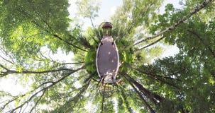 Uiterst kleine planeet summerhouse in het park stock video