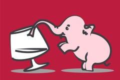 Uiterst kleine roze olifantsdranken van wijnglas royalty-vrije stock foto's