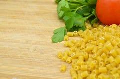Uiterst kleine stukken van macaroni, tomaten en peterselie royalty-vrije stock fotografie