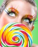 Uiterst komt de schoonheids kleurrijke lolly, met aanpassingsmake-up stock foto's