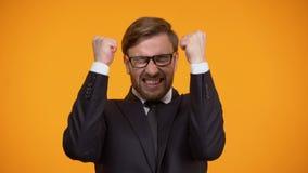 Uiterst opgewekte zakenman die ja gebaar toont, winnend loterij, het wedden stock video