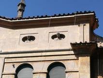 Uiterste van een sociale woningbouw met twee mislukkingen van standbeelden in distric van Garbatella in Rome Italië stock afbeelding