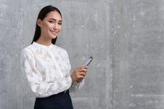Uitgaand carrièremeisje die klembord houden stock foto