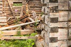 Uitgaande houten blokhuismuur Stock Foto's
