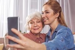 Uitgaande verwanten die selfie telefonisch nemen stock fotografie