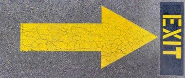 Uitgang en pijl die op asfalt wordt geschilderd Stock Afbeeldingen