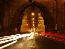 Uitgang van een tunnel met auto's Stock Afbeeldingen