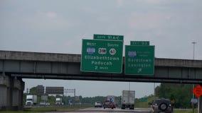 Uitgangsteken aan Elizabethtown op de snelweg - Nashville, Verenigde Staten - Juni 16, 2019 stock videobeelden
