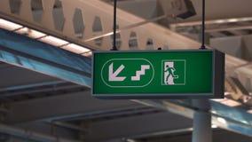 Uitgangsteken bij internationale luchthaven stock footage