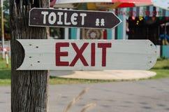 Uitgangstekens en badkamers. Royalty-vrije Stock Foto's