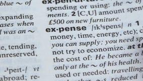 Uitgavenwoord betekenen geschreven in woordenboek, die middelen en geld verspillen stock video