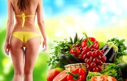 Uitgebalanceerd dieet op ruwe organische groenten en vruchten wordt gebaseerd die royalty-vrije stock afbeeldingen