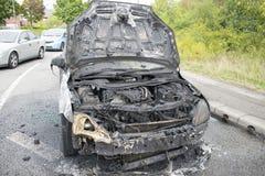 Uitgebrande Auto op Wath-Road het Brede rijweg met mooi aangelegd landschap van de Rotondea6195 Dearne Vallei, Wombwell, Barnsley Stock Afbeelding