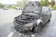 Uitgebrande Auto op Wath-Road het Brede rijweg met mooi aangelegd landschap van de Rotondea6195 Dearne Vallei, Wombwell, Barnsley Royalty-vrije Stock Foto's