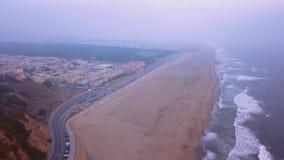 Uitgebreid satellietbeeld van de Vreedzame Oceaankustlijn en het strand dichtbij San Francisco stock video