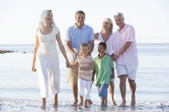 Uitgebreide familie bij strand het glimlachen Stock Foto