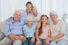 Uitgebreide familie die bij camera glimlachen royalty-vrije stock afbeeldingen