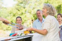 Uitgebreide familie die bij openluchtlijst dineren Royalty-vrije Stock Foto's