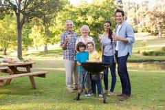 Uitgebreide familie die een barbecue hebben Royalty-vrije Stock Foto's