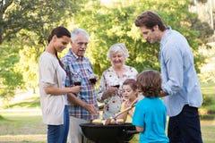 Uitgebreide familie die een barbecue hebben Stock Foto