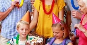 Uitgebreide familie die een verjaardagspartij hebben stock videobeelden