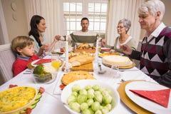 Uitgebreide familie die gunst zeggen vóór Kerstmisdiner stock foto