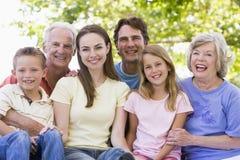 Uitgebreide familie die in openlucht glimlacht Royalty-vrije Stock Foto's