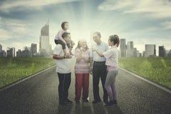 Uitgebreide familie die samen op de weg babbelen royalty-vrije stock afbeeldingen