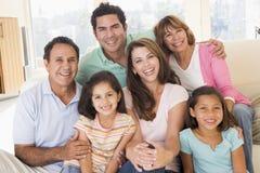 Uitgebreide familie in woonkamer het glimlachen royalty-vrije stock foto