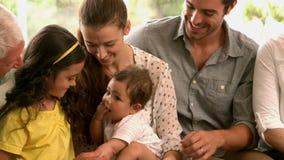 Uitgebreide familiezitting op bank stock videobeelden