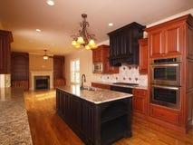 Uitgebreide keuken van de luxe de naar huis met open haard Royalty-vrije Stock Foto's