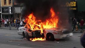 Uitgebreide lengte van politiewagen op brand met CN Toren - HD 1080p stock footage