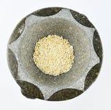 Uitgedroogde rijst in een mortier Stock Afbeeldingen